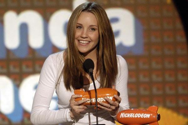 Amanda Bynes receiving award