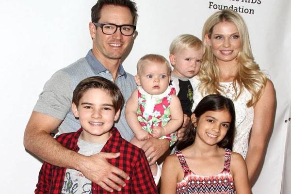 Mark-Paul Gosselaar with his familly