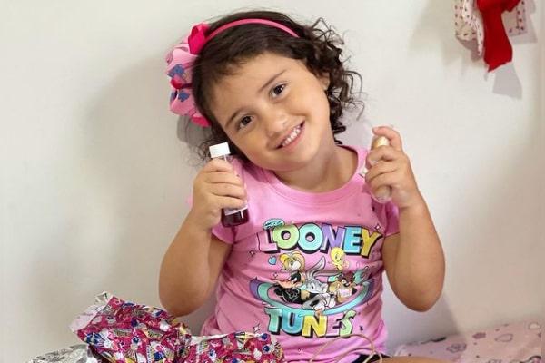 Charles Oliveira's daughter